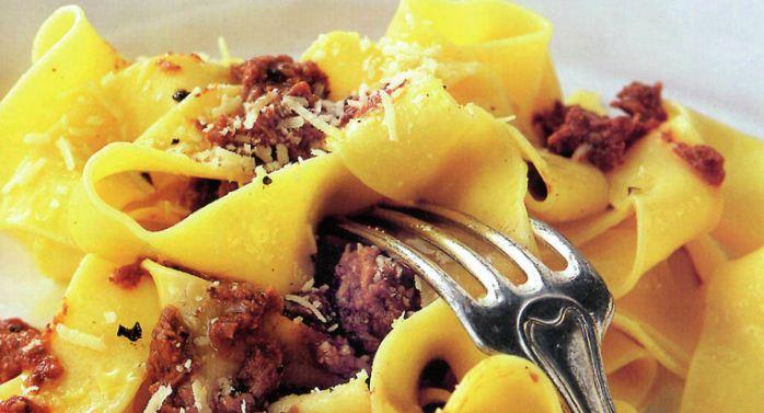 un tipico piatto di pappardelle al sugo di cinghiale della cucina toscana