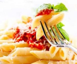 un tipico piatto mediterraneo della cucina italiana, la pasta col pomodoro e basilico